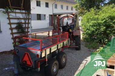 ATV Trailer Profi Arbeiter mit dem Gitteraufbau und Kleintraktor