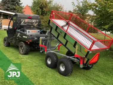 UTV Fahrzeug und Quad Trailer Profi Arbeiter mit dem Gitteraufbau